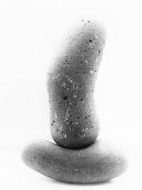 Lavasteine symbolisieren das feinauszuwiegende Verhältnis des männlichen und weiblichen Strebens