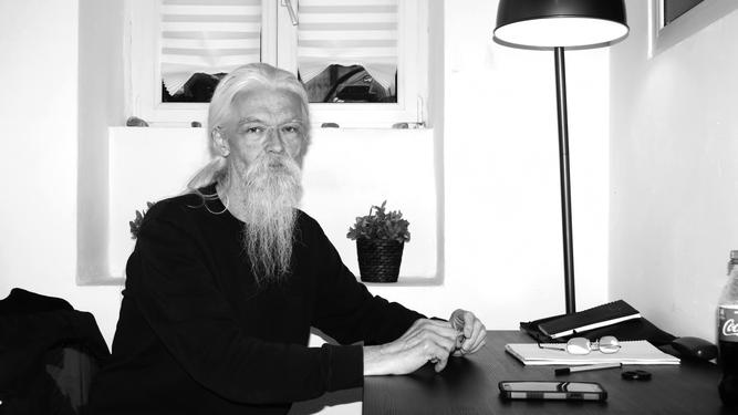 Dr. Lobner am Schreibtisch